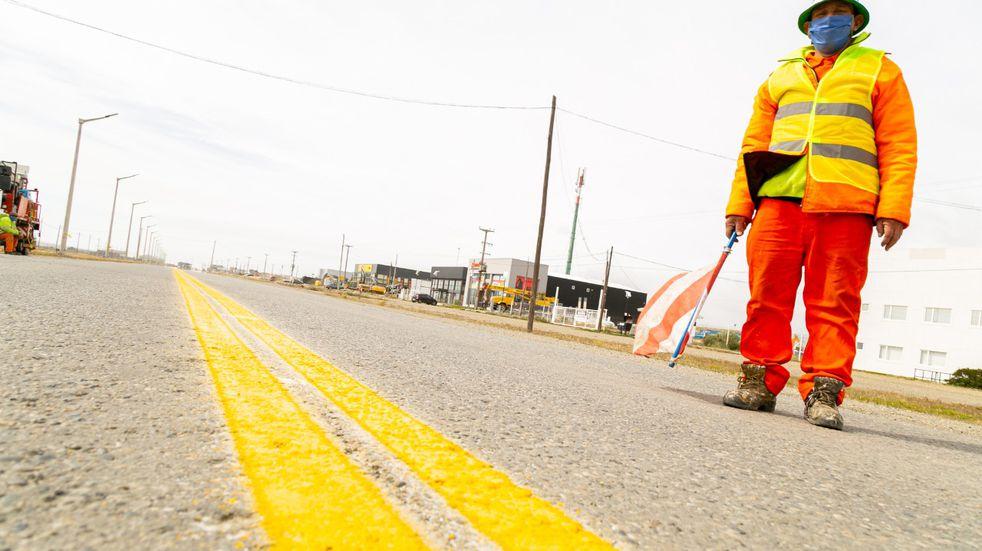 Río Grande: Vialidad Provincial efectúa trabajos de demarcación y señalización en la Ruta N° 3