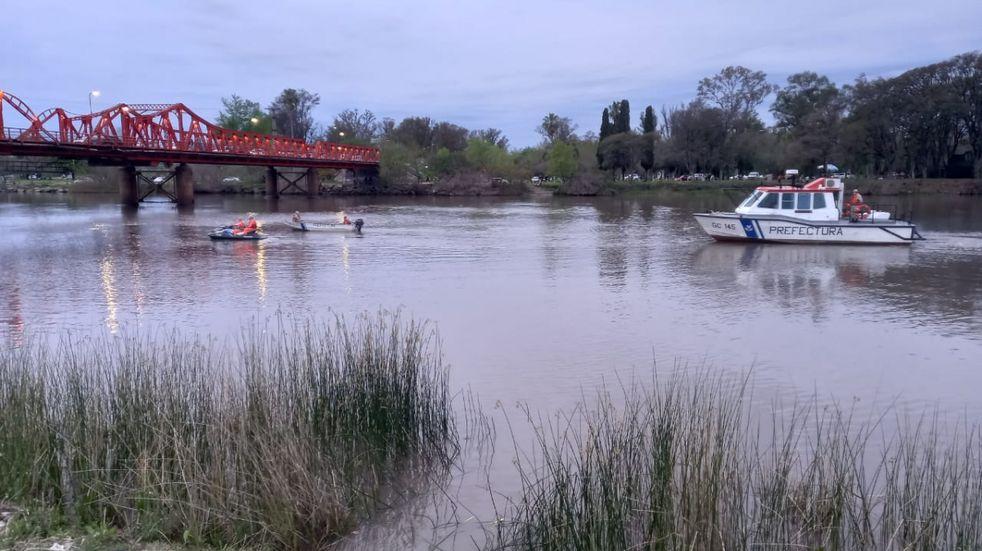 Hallazgo de un hombre sin vida en río Gualeguaychú. Foto: Radio máxima.