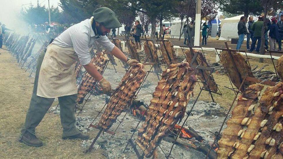 Costillares a la llama para deleitarse en la Fiesta de la Ganadería en Alvear.
