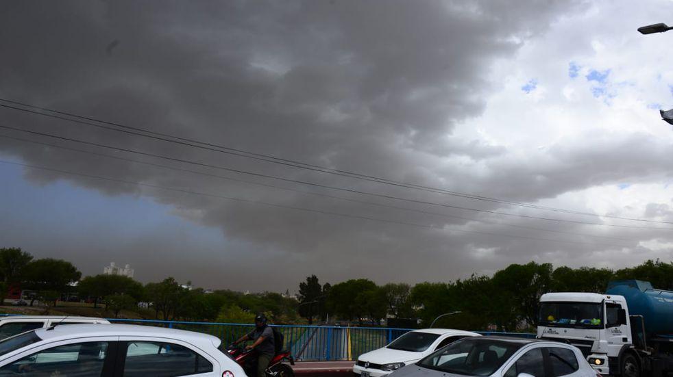 Ráfagas de viento fuerte y nubes de tormenta sobre la ciudad. (José Gabriel Hernández)