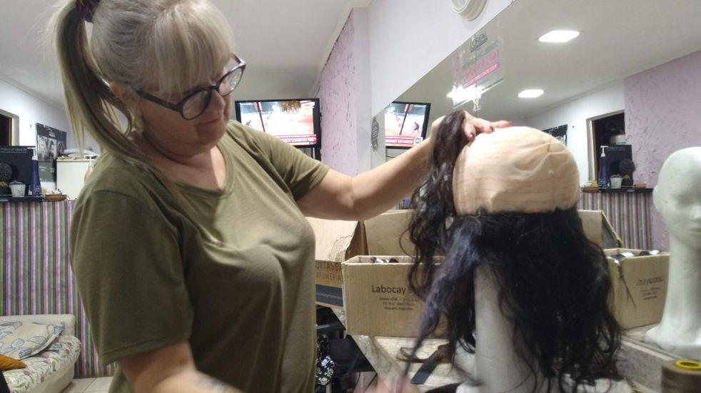 """Se realizó la jornada solidaria """"Un mechón por una sonrisa"""" que fabrica pelucas  para pacientes con tratamiento de cáncer"""