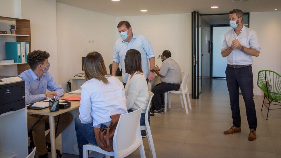 La oficina de Mi Primer Comercio ha recibido varias consultas diarias desde su apertura en mayo acerca de cómo iniciar un negocio o industria.