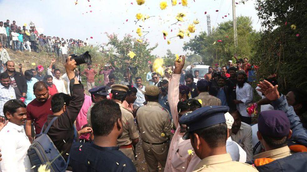 Policías ejecutaron a cuatro sospechosos de violación y asesinato y un grupo de gente los felicitó y les arrojó pétalos de flores