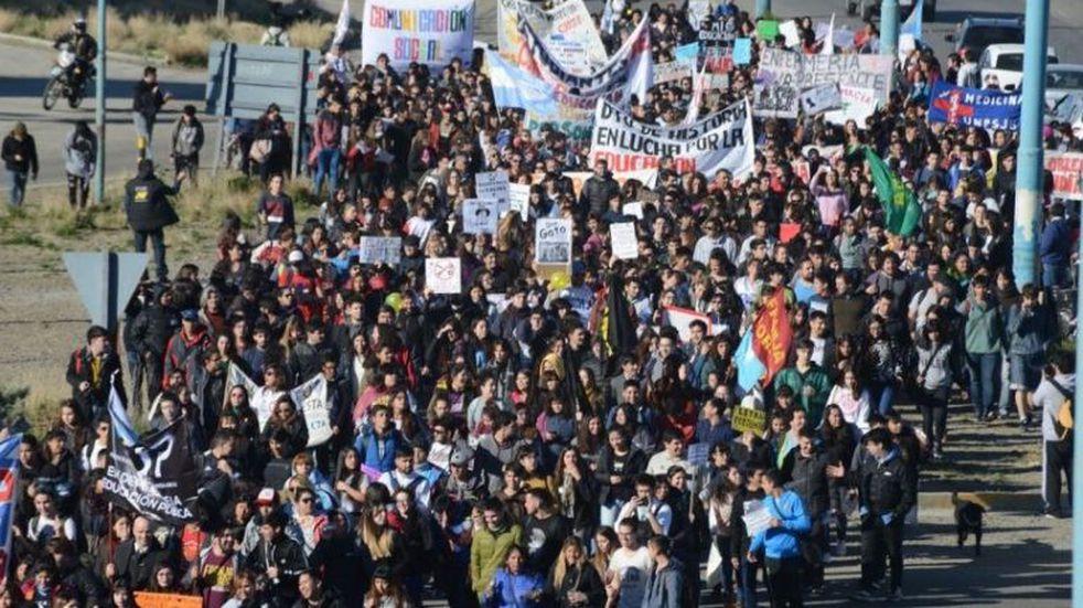 Los universitarios  se movilizan y hacen conocer su reclamo a la comunidad