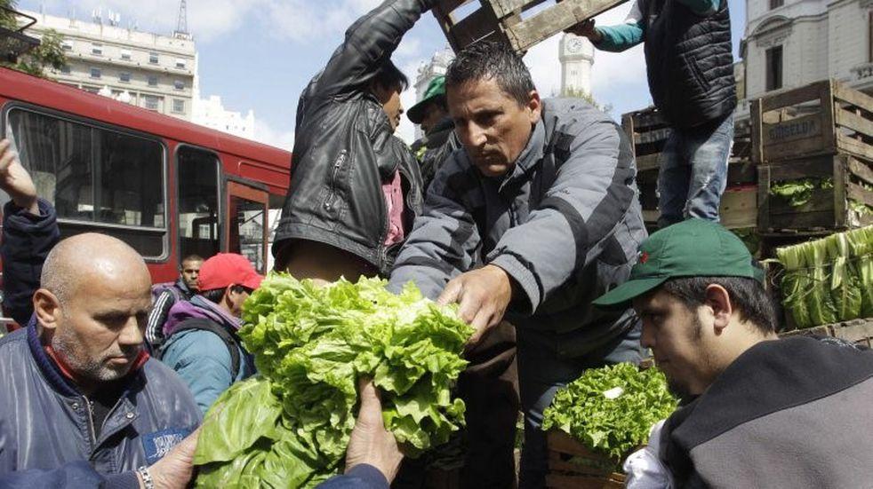 """Trabajadores de la Tierra realizaron un """"alimentazo"""" en el Congreso: donaron 10 mil kilos de verduras"""