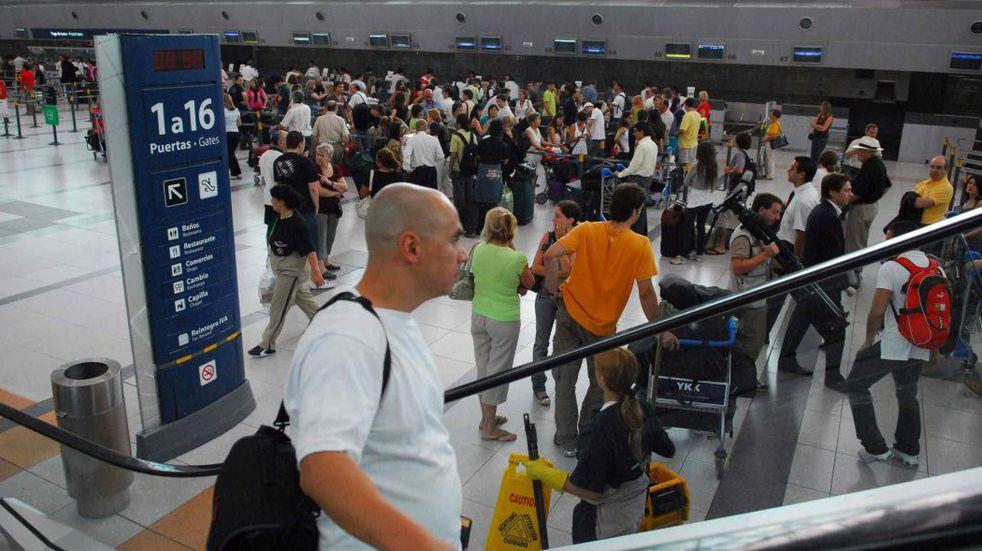 El Gobierno reduce los vuelos a Europa y suspende viajes para evitar el ingreso de nuevas cepas de coronavirus