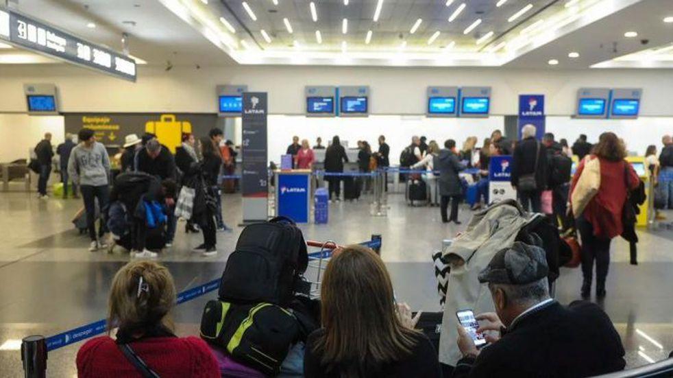 Continúan las demoras y cancelaciones de vuelos en Aeroparque y Ezeiza (Foto: Twitter/diarioveloz)