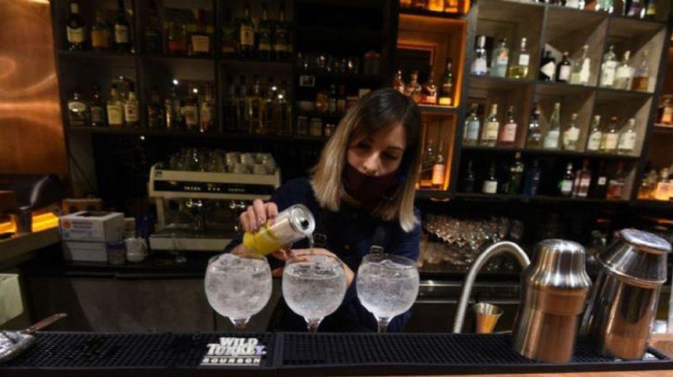 Mendoza: analizan prohibir las reuniones familiares y en bares
