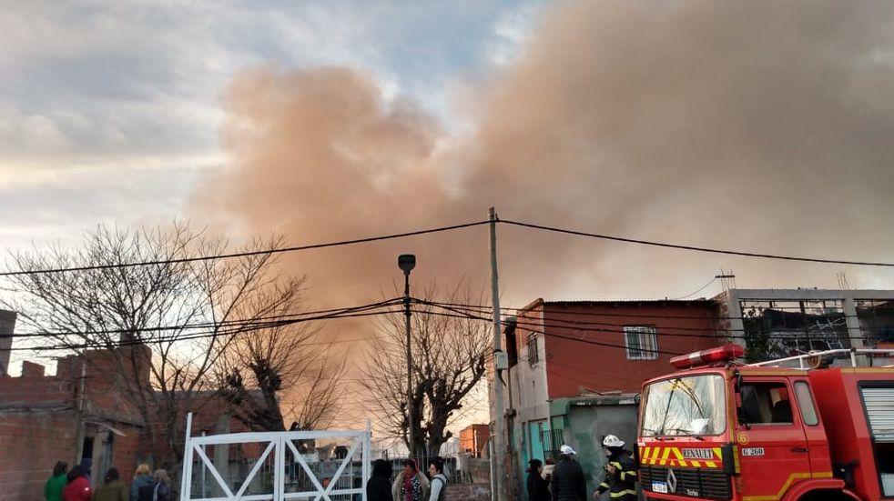 Incendio en Villa Itatí: bomberos controlaron las llamas tras horas de desesperación