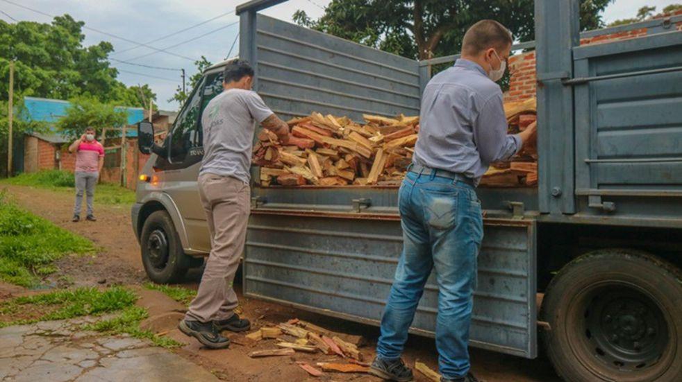 Solidaridad e inclusión: la Municipalidad entregó más de 50 toneladas de leña a comedores y merenderos en la ciudad de Posadas.