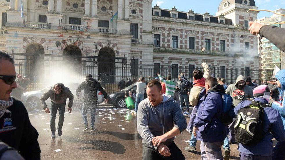 Quisieron ingresar por la fuerza a la Gobernación de La Plata y generaron graves incidentes