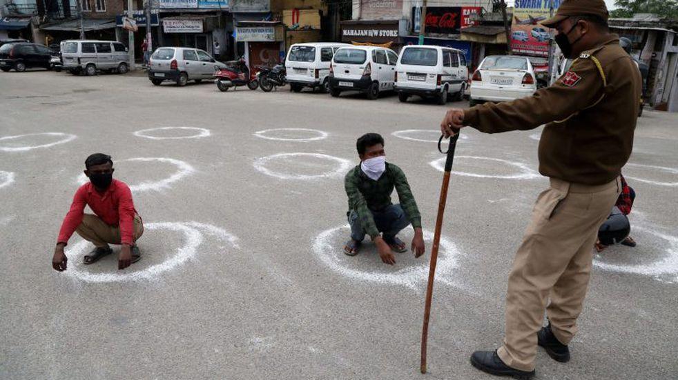 India: uniformados torturan a quienes incumplen con la cuarentena