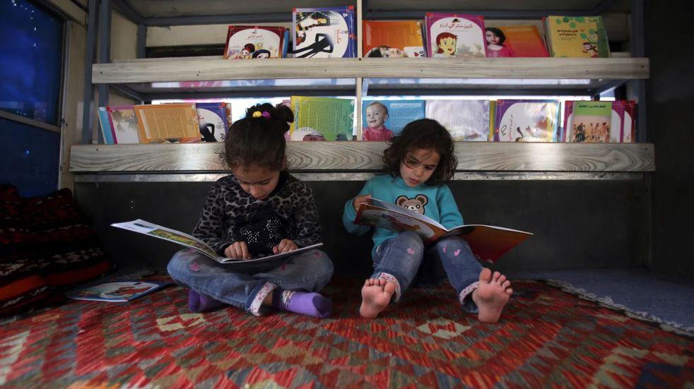 Reinas maipucinas solidarias: juntan libros para crear 12 bibliotecas infantiles en merenderos