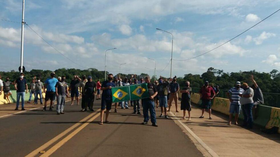 Se mantiene el corte de camioneros en el Puente Internacional Tancredo Neves