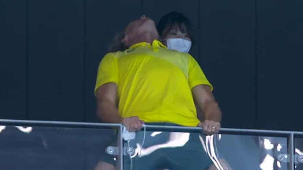 Juegos Olímpicos: el alocado festejo del entrenador australiano que casi rompe la tribuna
