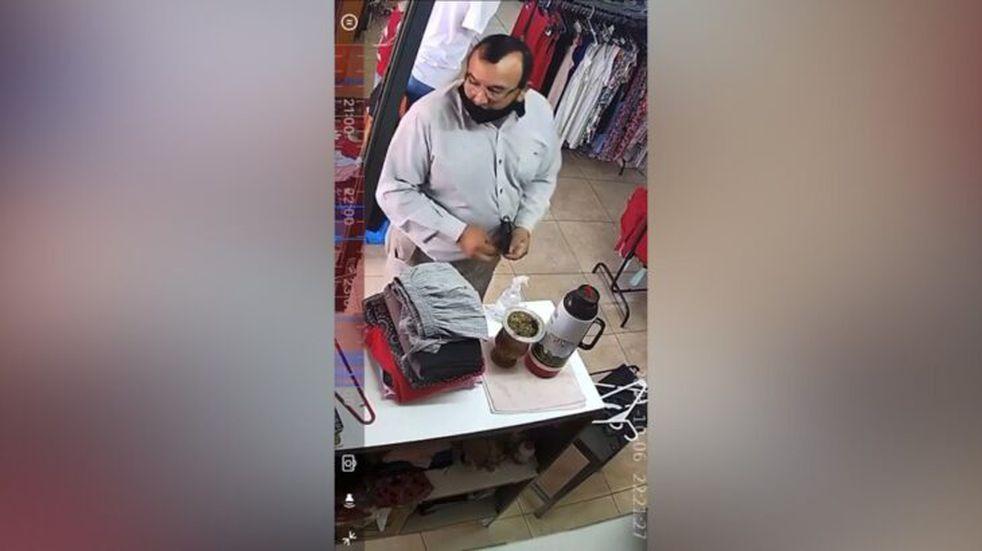 Una pareja fue captada por cámaras de seguridad cuando robaban la llave de un local en Posadas