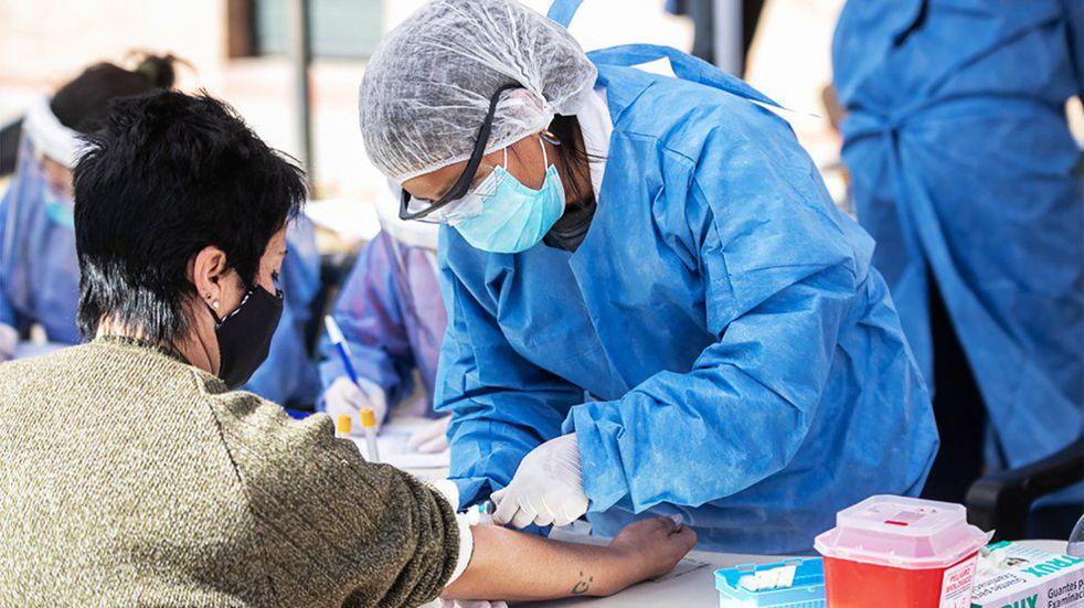 Según la OMS, los casos de coronavirus en el mundo bajaron un 17% la última semana