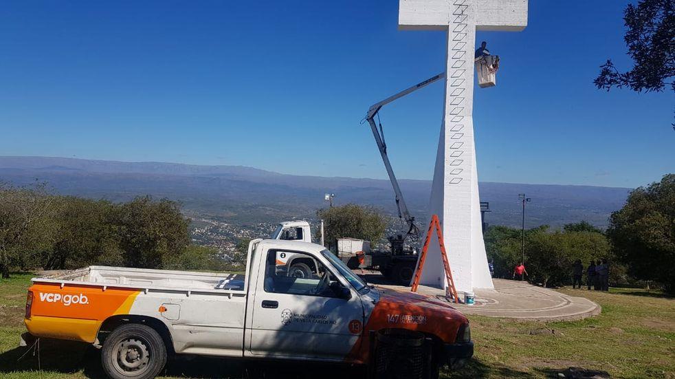 Carlos Paz ultima detalles para Semana Santa: realizan mejoras en el camino al Cerro La Cruz