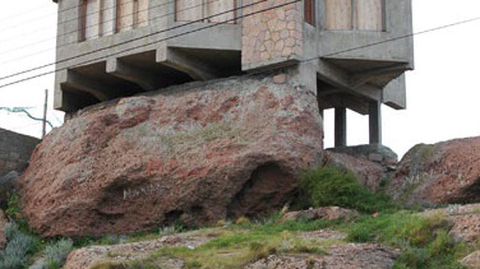 Se hizo viral la imagen de una casa que se sostiene sobre una roca desde hace 25 años en Puerto Deseado