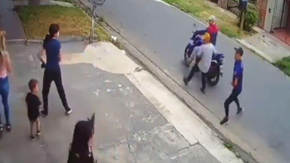 Un nene de dos años quedó en medio de un ataque de motochorros a tres mujeres, en Gerli