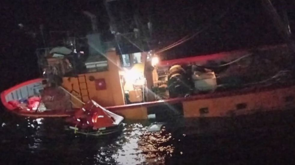 Naufragó un barco pesquero con ocho tripulantes a bordo en la zona de San Antonio Oeste: video del dramático rescate