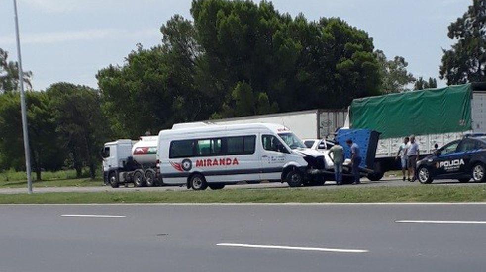 Remolcaban una combi con una chata en la autopista y casi provocan una tragedia
