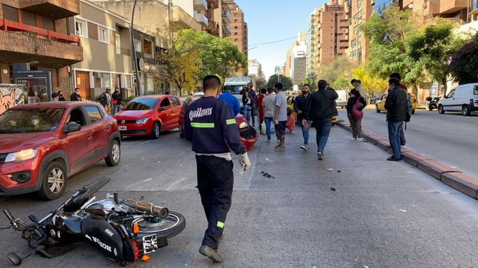 Córdoba: motochorro arrebató un celular y le tiraron un pack de gaseosas para frenarlo