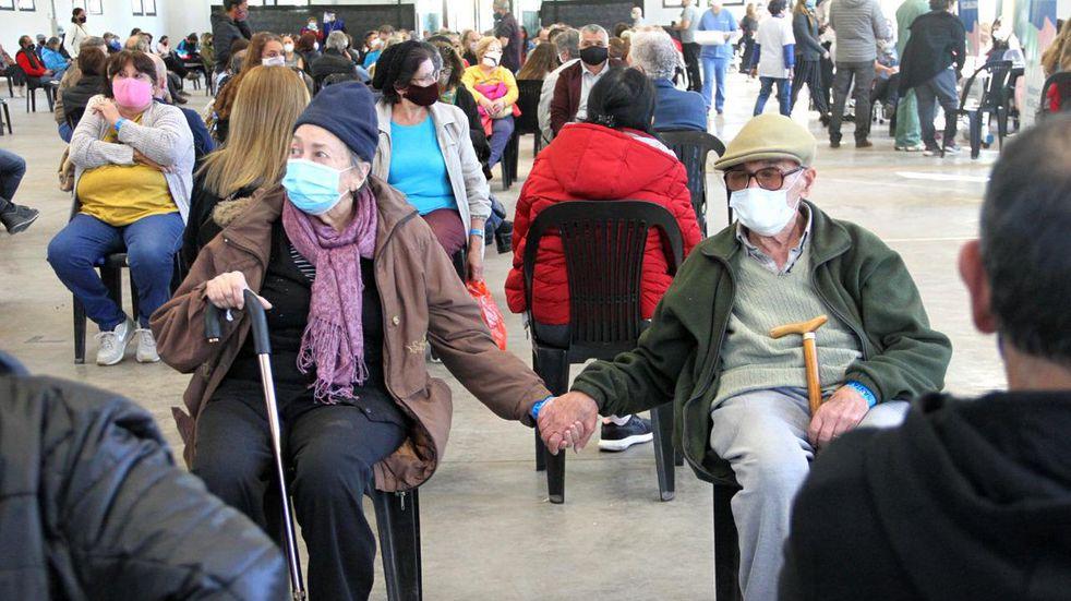 Detrás de la foto de la pareja de ancianos vacunados hay 47 años de romance