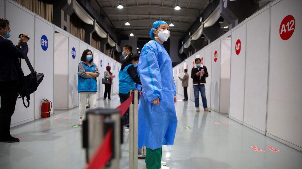 """Anuncian que la vacuna china Coronavac es """"eficaz y segura"""" para niños desde los 3 años"""