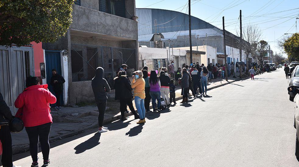 Coronavirus en Córdoba: larga fila para hisoparse y vacunarse en Villa El libertador