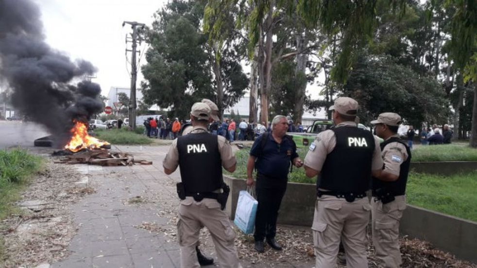 Protesta con quema de gomas frente al puerto por el cambio de administración