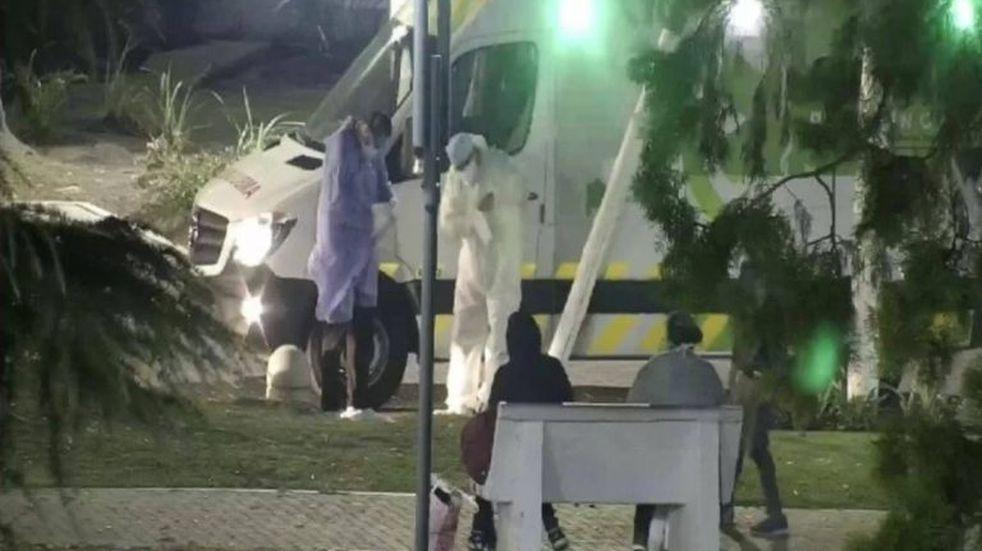 Caseros: tres internados por coronavirus escaparon de la clínica y se fueron a una plaza a comer pizza