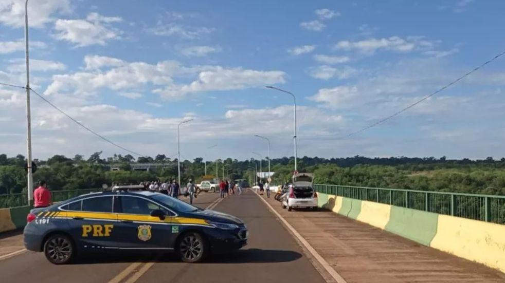 Ante las nuevas exigencias del gobierno nacional, camioneros brasileños protestan en la frontera con Misiones