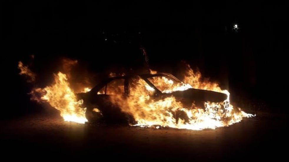 Incendio de auto durante la madrugada, sospechan que fue intencional