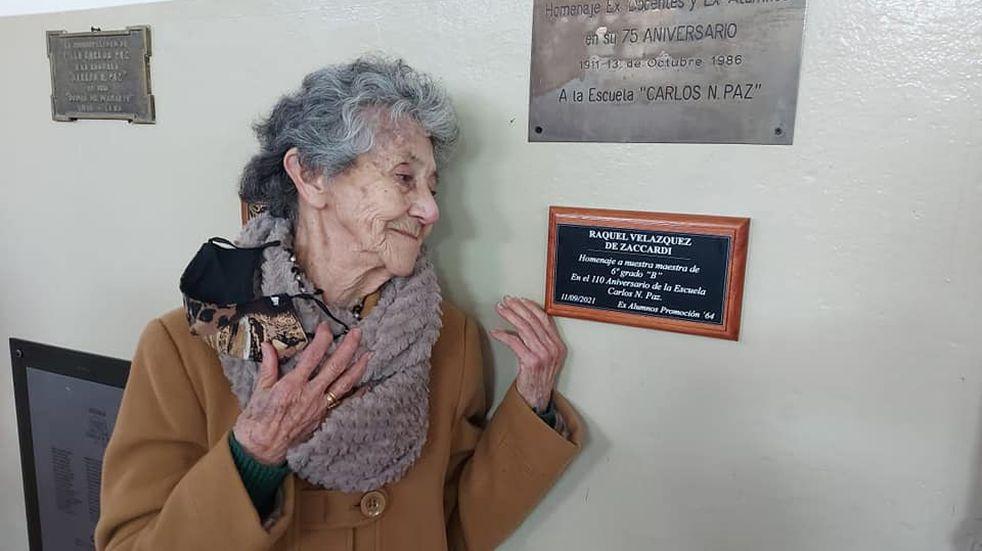 """Día del Maestro: a sus 92 años la """"Seño Raquel"""" fue homenajeada"""