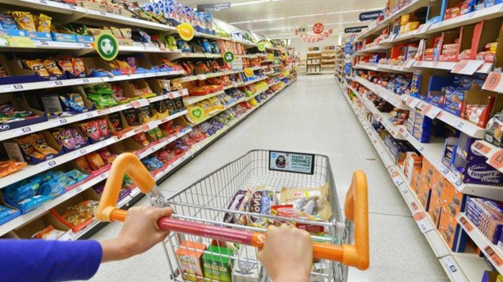 La primera semana de la Tarjeta Alimentaria: más compras de leche, carne, frutas y multas por cobrar recargos