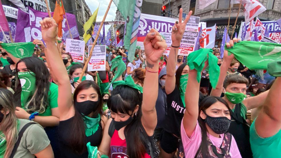 El proyecto para legalizar el aborto consiguió media sanción en Diputados y avanza al Senado