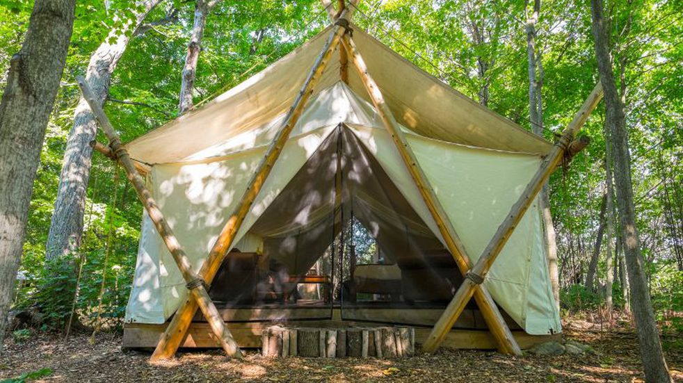 El camping se viste de glam: ¿Pasar la noche en una carpa de lujo?