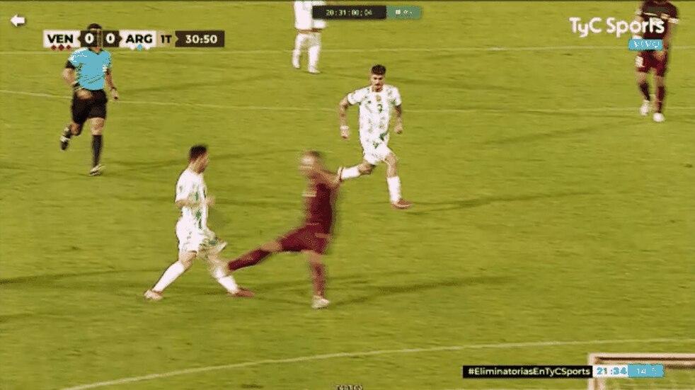 Eliminatorias: la patada criminal que casi fractura a Lionel Messi