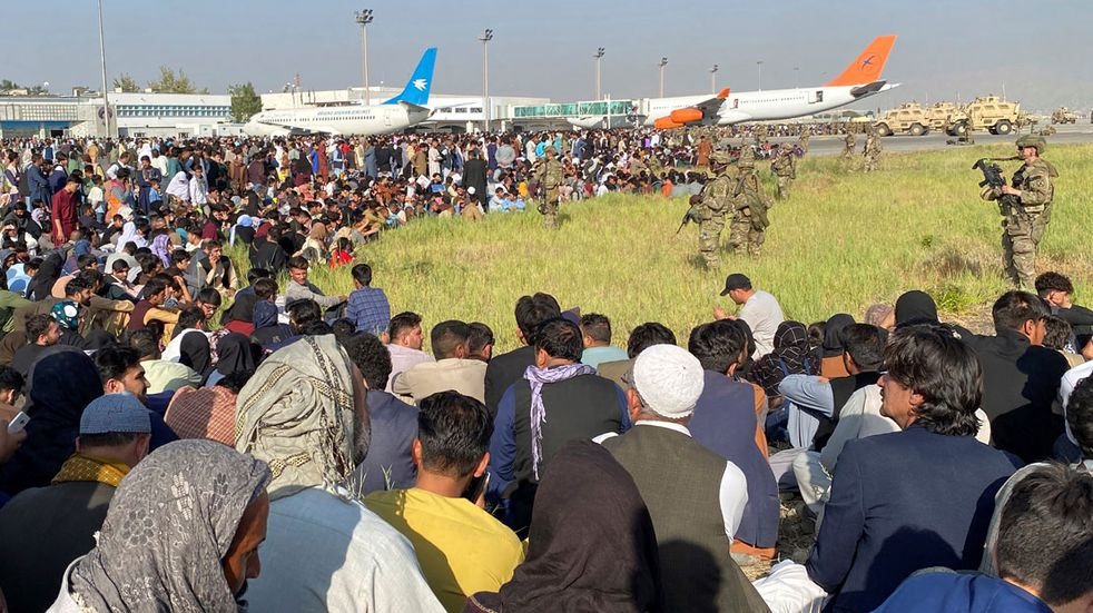 Afganistán: al menos 10 mil personas en Kabul buscan un vuelo de evacuación