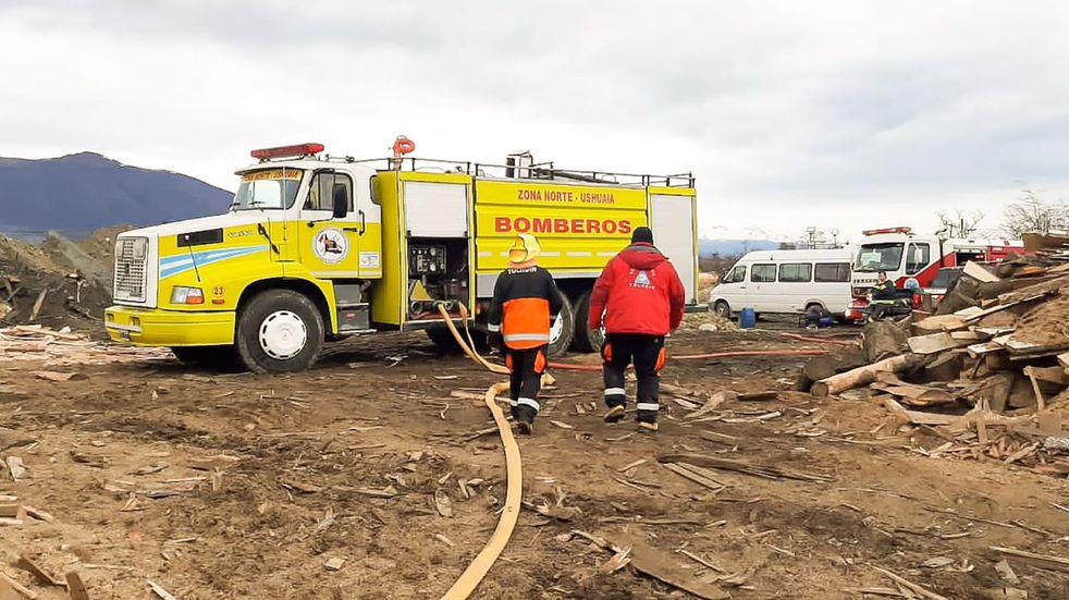 """Se continúa trabajando para extinguir el incendio en el Aserradero """"El Litoral"""""""