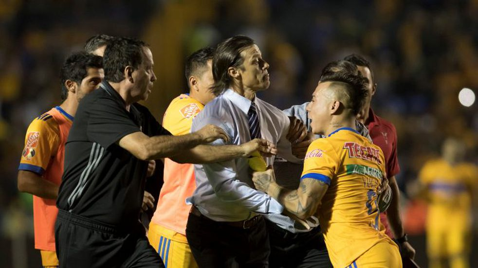 Matías Almeyda, al borde de las piñas con un futbolista chileno