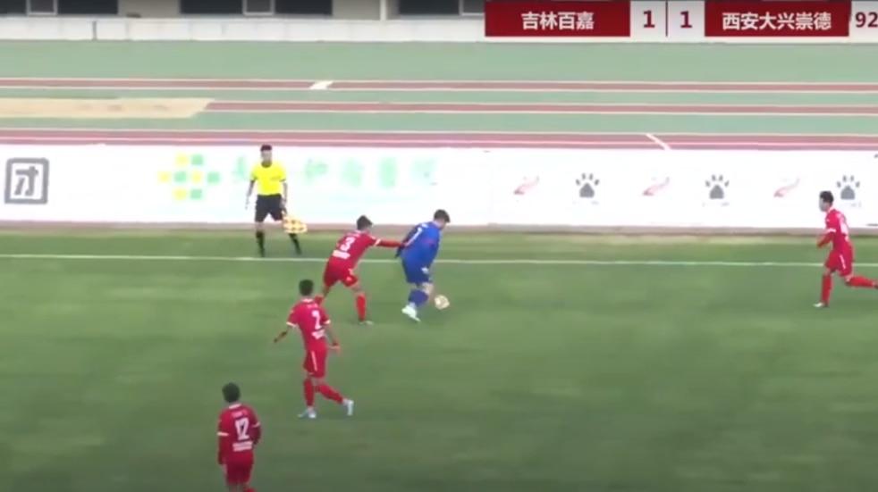 Video: así juega el joven de 126 kilos que debutó en el fútbol de China por orden de su padre