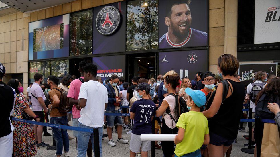 Largas filas en París para comprar la camiseta de Lionel Messi