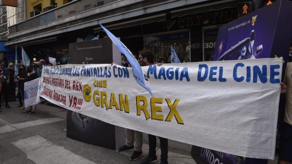 Jóvenes se encadenan frente al Cine Gran Rex.