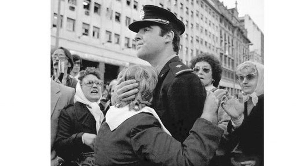 Historia de una foto: El abrazo partido