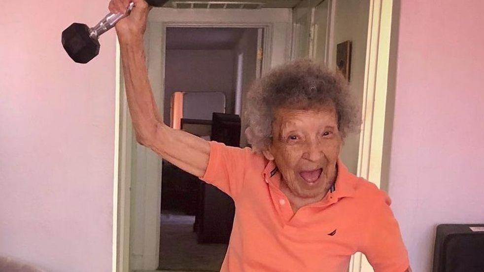 Julia, la abuela de 102 años que hace ejercicio con su bisnieto y conmueve en las redes sociales