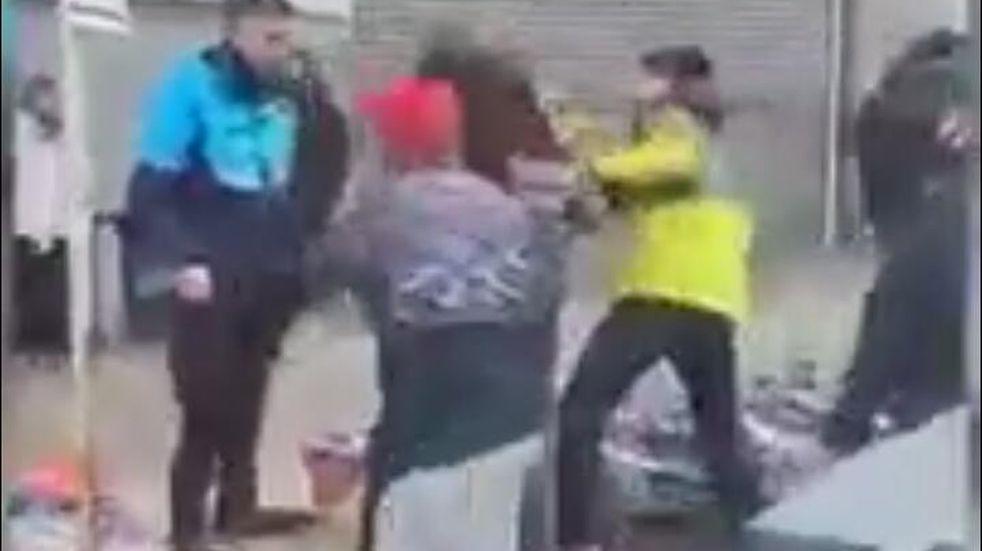 Policía y personal municipal se trenzaron a golpes de puño con manteros