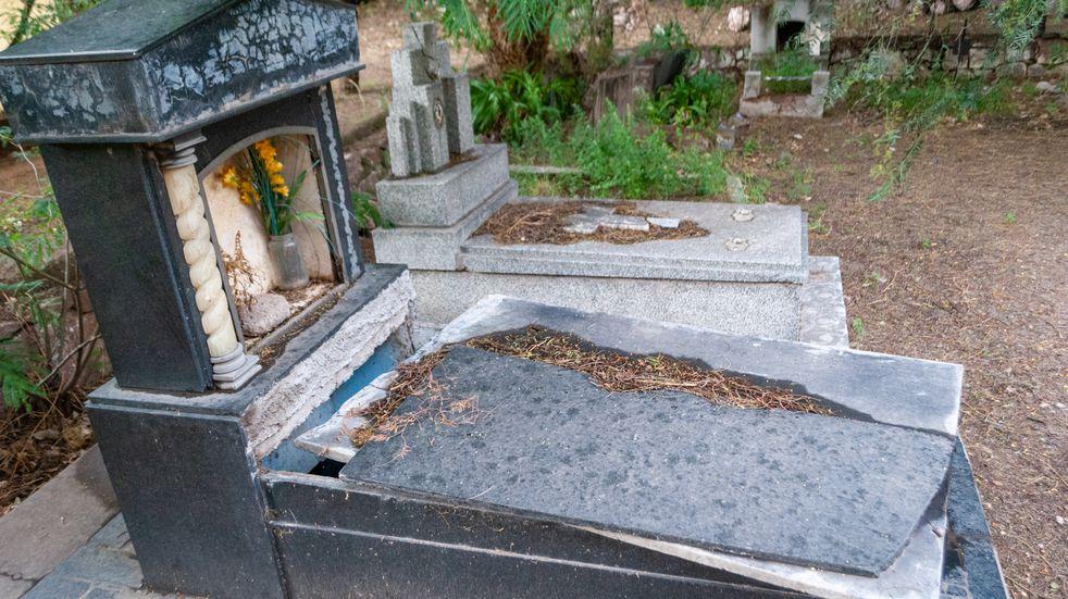 Profanaron una tumba y jugaron con los restos del cadáver