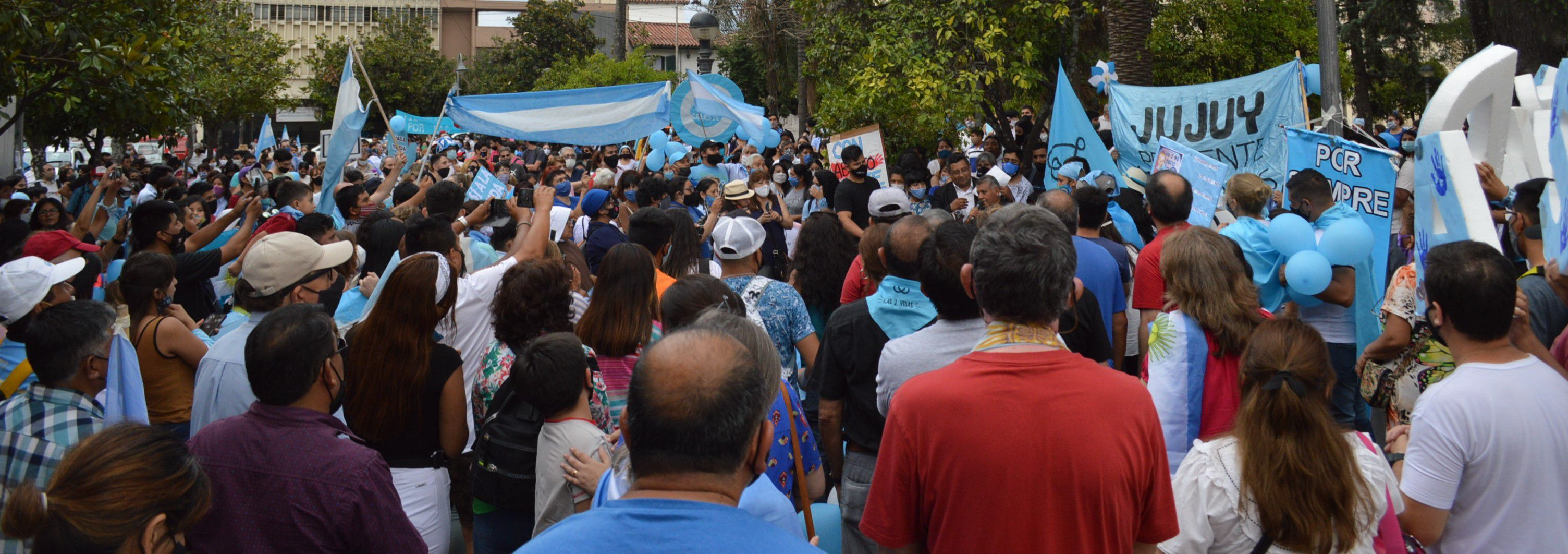 Cientos de personas respondieron este sábado a la convocatoria #28N, congregándose en una caravana y marcha en la capital jujeña.